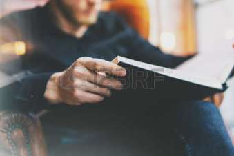 54433012-portrait-beau-barbu-homme-portant-des-lunettes-de-shirt-man-noir-assis-dans-la-biblioth-que-chaire-u